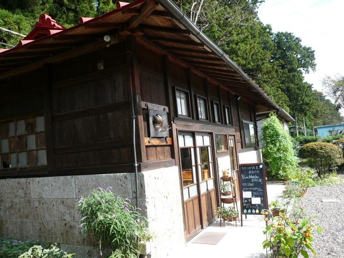 日光市の大沢町にある、隠れ家的なパン屋さんです。金・土・日のみの営業で、売り切れ次第終了となるため、いつも朝早くから行列ができている人気のお店です。お車での訪問がおすすめです。