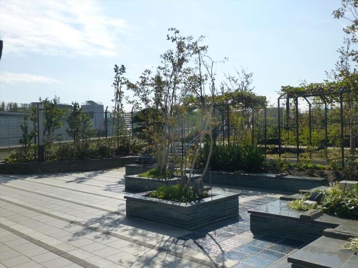 「目黒天空庭園」は、ちょっと変わったところにある屋上庭園。なんとこちらは、首都高速の大橋ジャンクションの屋上なんです。区内に広い公園がないことから、用地を有効活用するために区立公園として2013年にオープンしました。田園都市線の池尻大橋駅から約3分ほどのところなので、電車でのアクセスもしやすいですね。