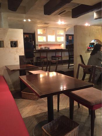 アンティーク調の家具が配され、味わい深い壁で仕切られた空間。フランスのカフェにいるような気分になりますよ。