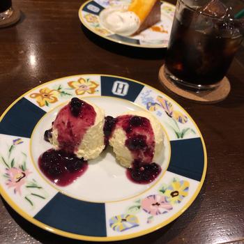レアチーズケーキも、人気の一品。ふわと口の中でとろけるような柔らかい食感で、甘酸っぱいソースが絶妙です。