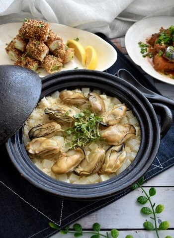 そのままでも美味しい牡蠣ですが、旨味をたっぷり大根に吸わせて作るこちらの炊き込みご飯は、おもてなしにも使えるご馳走メニューです。素材を生かした味付けと調理法で、牡蠣の香りや食感もしっかり楽しめます。