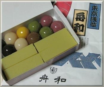 つややかな「あんこ玉」は、甘さ控えめのあんこと小豆や抹茶など6種類の味を楽しめます。人気の和菓子を詰め合わせた手土産もおすすめです。
