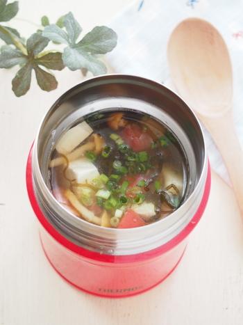 市販のもずく酢を使った簡単冷製スープ。スープジャーを保冷で使うときには、前もって氷水を入れておくか、前日からジャーを冷蔵庫で冷やしておきます。