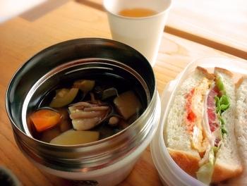 スープジャーは、その優れた保温&保冷機能で、汁物をあつあつのまま、あるいは冷え冷えのまま持ち運べます。できたての美味しさを楽しめる便利なアイテムです。