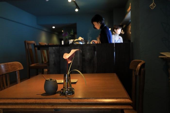 店内入ると、ブルーの壁と、木製インテリアが美しく馴染む空間が。こちらのカウンター、テーブル席があります。