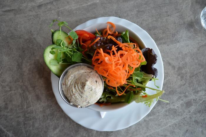 ちょっとしたコツさえつかめば、自宅でもおいしくて見た目もgoodなデリ風サラダがつくれます。サラダを上手に盛り付けるためのコツ、色鮮やかな+1レシピ、そしてサラダが似合う器をご紹介します。