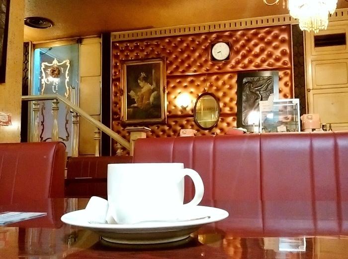 昭和の雰囲気をとどめる、札幌の純喫茶として有名な「オリンピア」。重厚感のあるソファのボックス席など、贅沢な気持ちになれる店内。非日常的な雰囲気を楽しますよ。