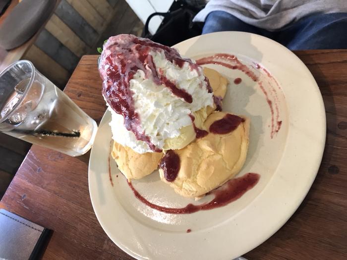 そのパンケーキがこちら!ふわっふわで、たっぷりクリームがのっていますが、ライトな味わい。女性でも、ランチの後にペロッと食べてしまう方が多い逸品です。