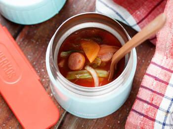 スープジャーの人気のもうひとつの理由は、保温しながら調理できること。ハムやツナなどの加工品や柔らかい野菜などは、加熱調理しなくても、材料とスープなどを直接入れて保温調理できます。その際は、具材に一度熱湯をかけて温めたら捨て、その後に熱いスープなどを入れます。