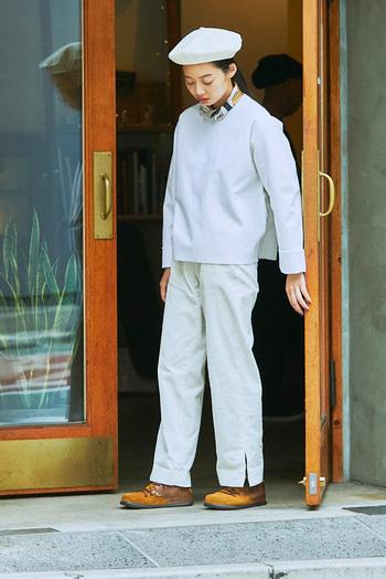 ニュアンスの異なるホワイトでつくるワントーンコーデは、マニッシュを意識するのが今の気分。ベレーにスカーフと優等生な小物を取り入れつつも、ワークなパンツに合わせたアンティークなレザーシューズが、より洗練されたシルエットを構築してくれます。