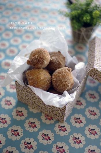 丸めたドーナツを小箱に入れればおすそ分けにも。スティックに刺せば、キャンディーみたいな雰囲気に♪どれを食べようか…選ぶのが楽しみですね!