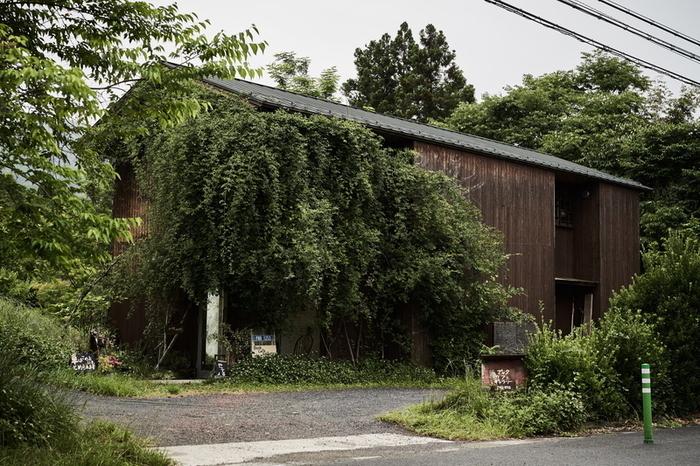建物一面が植物に覆われた外観が特徴の「PNB-1253」。秩父産の蕎麦粉を使ったガレットが売りのお店です。食事系もスイーツ系も充実していますよ。店内にはギャラリーもあり、アートに触れることができます。