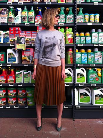 キュートなプリントが印象的なトップスは、プリーツスカートに革のパンプスでレディー風の味付けを。ゴールドのバングルもポイントです。