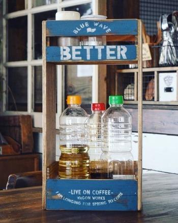 醤油や酒など、長いボトルや調味油も収納できる棚。調味料ラックとしてだけでなく、トイレ収納に使ったり、上段の底を抜けば傘立てとして使うこともできますよ。ペイント+ステンシルをすれば、さらにオリジナリティが出てかわいくなります。