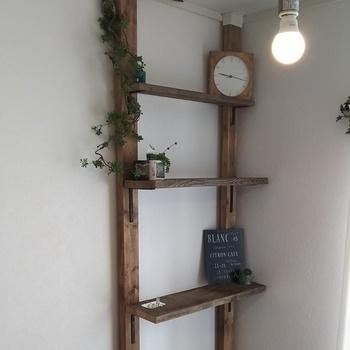 古材の棚板を使って、アンティーク風に仕上げられた収納棚です。天井まであるので、収納力もたっぷり!