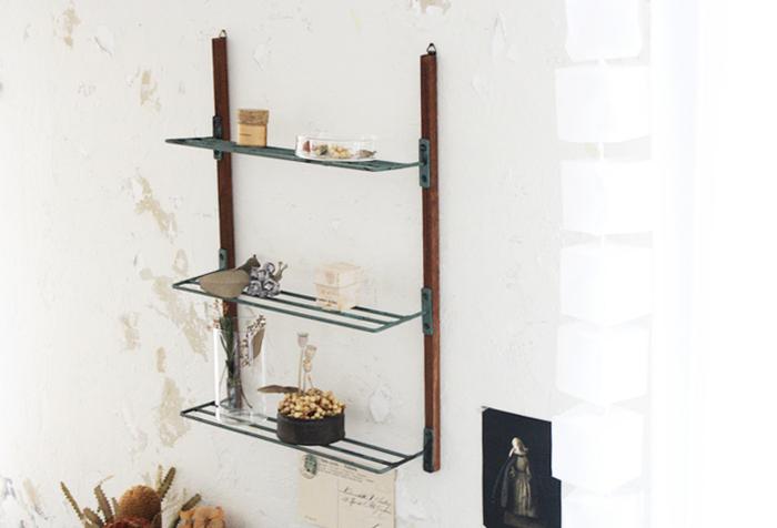 古道具屋さんで売っていそうな、おしゃれなウォールラック。セリアの材料のみで作れるので材料費も安く、圧迫感がないので部屋にも飾りやすそうです。