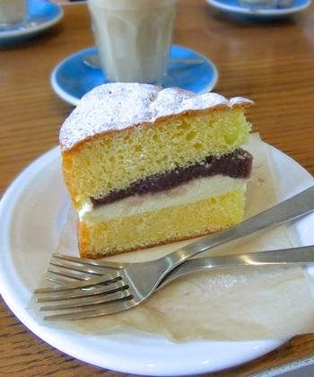 ケーキやスイーツは日替わりで提供されているというYOUR DAILY/COFFEE。公式インスタグラムにスイーツのご案内がのることでも有名です。こちらはあんバターをはさみこんだビクトリアケーキで、日本とイギリスのお味のコラボレーションが楽しめるひと品です。