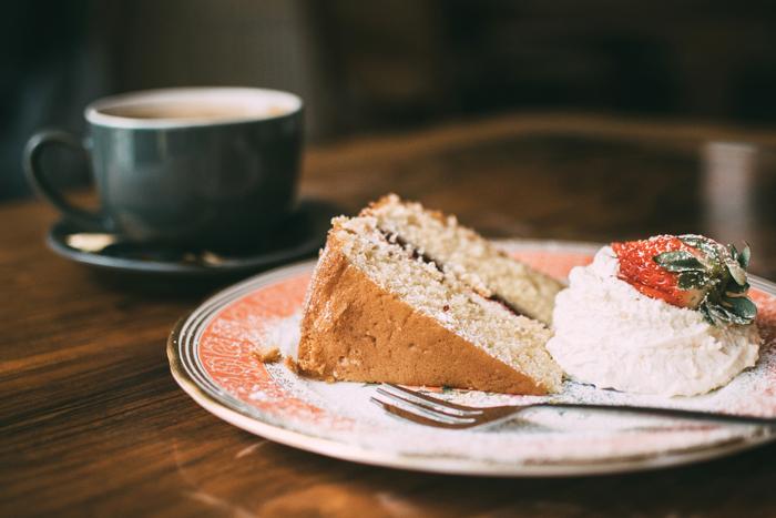 シンプルで素朴な焼き菓子のひとつであるビクトリアケーキ。豪華な名前とは裏腹に、作り方はいたって簡単!中にはさむフィリングを変えることで、自分好みのケーキにアレンジしていくこともできます。休日のアフタヌーンティーにおすすめのビクトリアケーキについて見ていきましょう。
