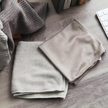 綿ぼこり、油が混ざったほこり、ほこりにもいろんな種類があります。乾いたほこりは水拭きより乾拭きする方がキレイに取れます。 キッチンや冷蔵庫の上のほこりは油が混ざっているので、中性洗剤やアルカリ性洗剤を染み込ませた布で拭き取りましょう。