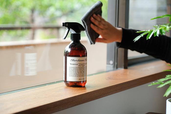 窓・網戸・サッシの掃除は、汚れが緩む曇りの日に行うのがベスト。上から下へ向かって、網戸、窓、サッシの順で掃除しましょう。