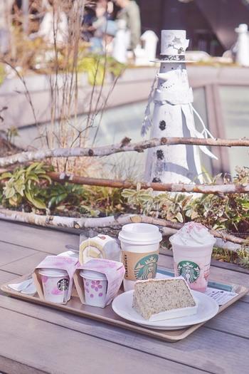 """庭園内には""""天空のスタバ""""と呼ばれているスターバックス コーヒーがあります。限定のメニューもあるので、ショッピングやお仕事の合間にひと息ついてみませんか?"""