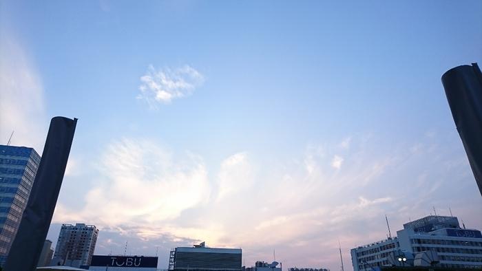 テラスで過ごす時間をより楽しくしてくれる音楽も魅力。ジャズピアニストの大江千里さんが「食と緑の空中庭園」のためにセレクトした音楽が開放的な気分を盛り上げてくれます。