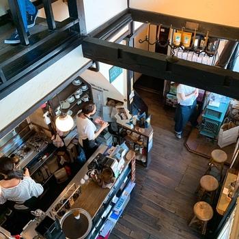 吹き抜けのつくりとなっており、店内は香ばしいコーヒー豆の香りでいっぱい。