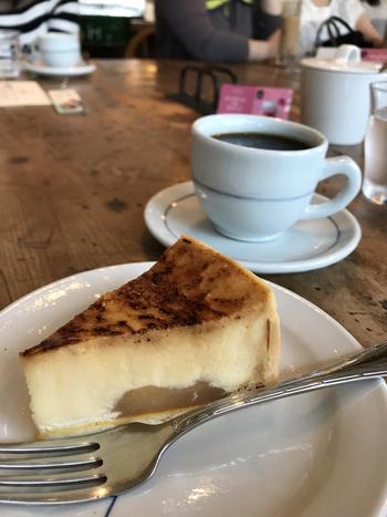 ぜひタイミングがよければ、コーヒーのお供に、週末限定の「バスクチーズケーキ」も一緒にどうぞ。深煎りコーヒーと絶妙の味わいですよ。