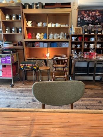 お店に入ると、アンティーク家具やおすすめのコーヒーグッズなど、オーナーによるセンス良いセレクトがお出迎え。