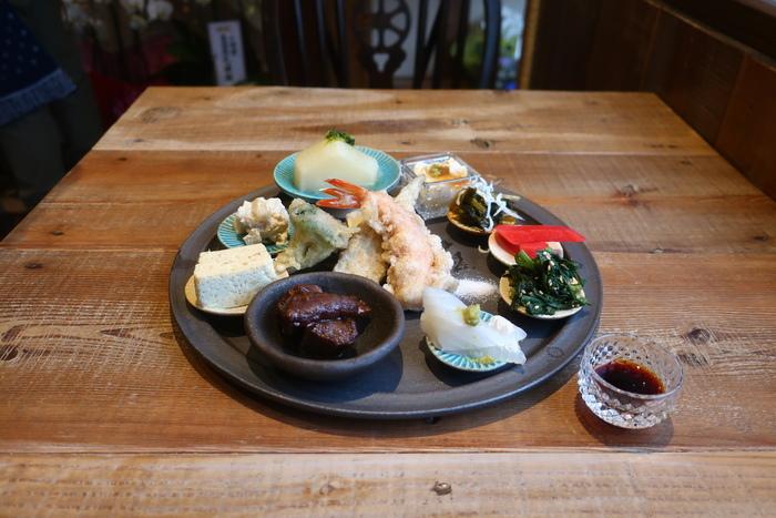 ランチはお野菜ランチ、お魚ランチ、お肉ランチなどメニューも豊富。中でも人気が高いのがこちらの「Umiランチ」。お肉に天ぷらお惣菜と盛りだくさんでとっても贅沢!一つ一つのお惣菜は丁寧な仕事で優しい美味しさ。昼はもちろんですが夜もこっそり訪れたいお店です。