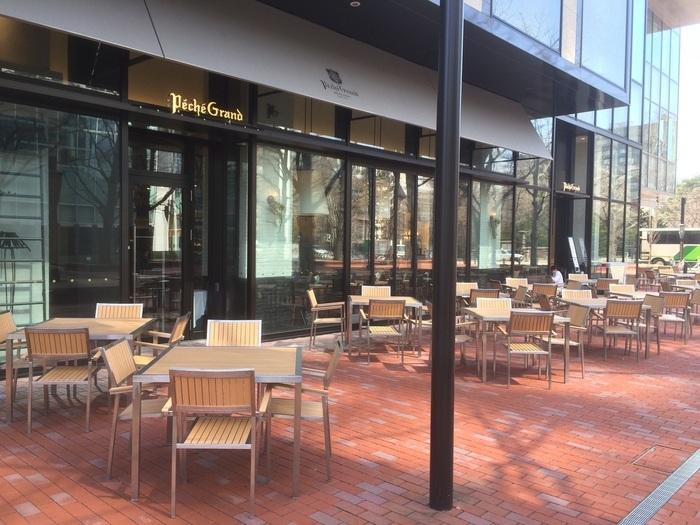 赤れんがテラス内という観光客にも嬉しい立地にあるのが、「ペシェグラン」。  店内席だけではなくテラス席もあり、札幌の景色を楽しみながらほっと一息づける、まさしく観光の休憩にぴったりなカフェ・レストラン。