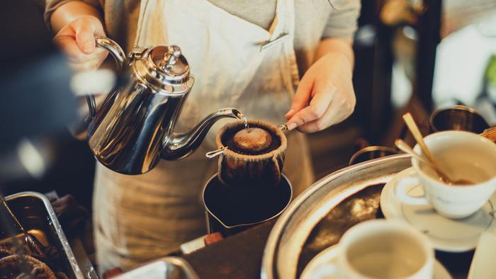 ネルドリップコーヒーで丁寧に淹れられた「森の雫」は、本店だけで飲める一杯。コーヒーのお供として人気の、ガトーフロマージュやシブーストも、あわせてどうぞ。