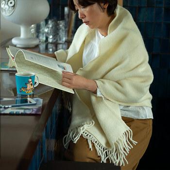 マリアと違い無地のウールの質感を楽しめるのがユニです。白いウールのふんわりとした質感が美しい。
