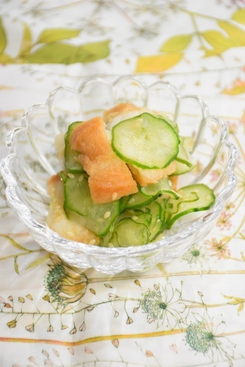 油麩をサラダとしてあっさりめにアレンジしたお料理。  香ばしさをプラスするのにいりごまを使っているところがおいしさのポイントです♪  前菜にもぴったりなボリュームですね。