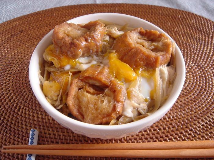 油麩のふるさと・宮城では、こちらのように卵とじにして丼としていただくのが定番なのだとか。  ふわとろ卵でとじるだけでなく、香り高いごぼうも使って柳川風にすれば、香りも食感もさらにプラスされますね。
