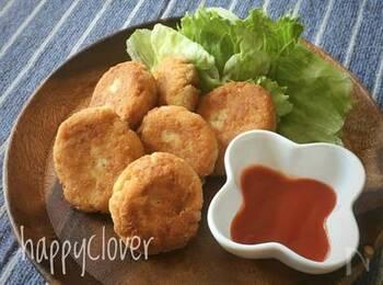 チキンナゲットにおからと豆腐を加えることでふんわり仕上がります。おからをプラスすることで、ナゲットを食べながら食物繊維を摂れるのが嬉しいですね。