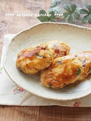 鶏ひき肉と生おからで作る、しっとりおからつくね。おから自体に味はなく、おからを加えてカサ増しすると味がぼやけてしまいますが、タレを絡めて作るつくねは、そんな物足りなさをカバーしてくれる一品。濃いめの味付けなら満足感も得られますね。