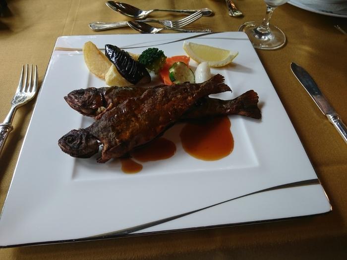 アラカルトで人気の「虹鱒のムニエル 万平醤油風味」は、バターなどの洋風調味料が手に入りにくかったころから受け継がれている伝統のメニューのひとつ。じっくり丁寧に焼いた虹鱒は、ふっくら骨までやわらかです。