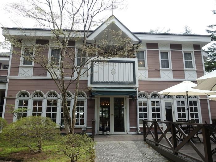 軽井沢の本通りから奥に入った森の中にたたずむ旧軽井沢ホテル音羽ノ森は、旧三笠ホテルをモチーフにした落ち着いた雰囲気が魅力です。館内にある「桂姫(ケイキ)」では、新鮮なお野菜を使ったフレンチがいただけます。