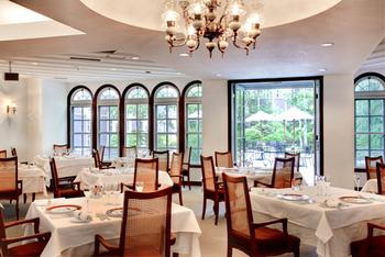 白を基調とした明るい店内。窓の外には森が見渡せ、開放的な雰囲気の中でゆったりお食事ができます。