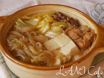 油麩とお肉を合わせてお鍋に入れると、ボリューム満点の鍋のできあがり♪  糸こんにゃくやお豆腐など、味がしみしみになる鍋食材も合わせてプラスすれば、さらに味わい深い鍋が楽しめますよ。  味がやや濃いめのお鍋や、たっぷりの原料で作られた鍋ベースを使った鍋なら、油麩に染み込んだお出汁がより味わい深く感じられるはずです。