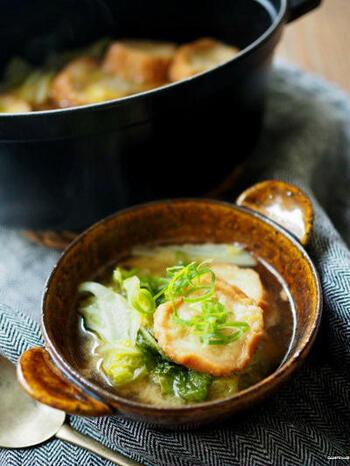普段のお味噌汁に生姜と輪切りにした油麩を入れると、寒い朝にもぴったりなあったかお味噌汁のできあがり。  具材がシンプルなだけに、旨味がたっぷり感じられるはずです♪  せっかく秋冬シーズンにいただくなら、白菜や芽キャベツ、大根、かぼちゃなどの秋冬野菜を取り入れて季節を楽しむのも素敵ですね。  あっさり味の白味噌を使っても美味しそう。