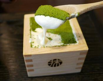 ヒノキの升に入れられた「宇治抹茶のティラミス」。天保7年(1836年)創業の宇治抹茶の老舗・森半の抹茶がたっぷりかけられています。とろりとした食感のマスカルポーネチーズに、抹茶のほどよい苦味が絶妙にマッチしますよ。