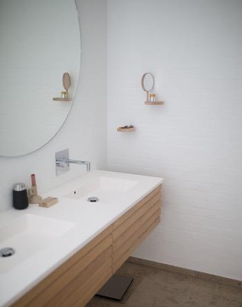 朝、たくさん使う機会がある洗面台。歯磨きをしている合間に、お掃除をしてみましょう。鏡や蛇口を拭く、小物を整えるなど、ちょっとしたことできれいを保てます。毎日こまめなお掃除をしておけば、本格的なお掃除も時間や手間がかからずにできますよ。