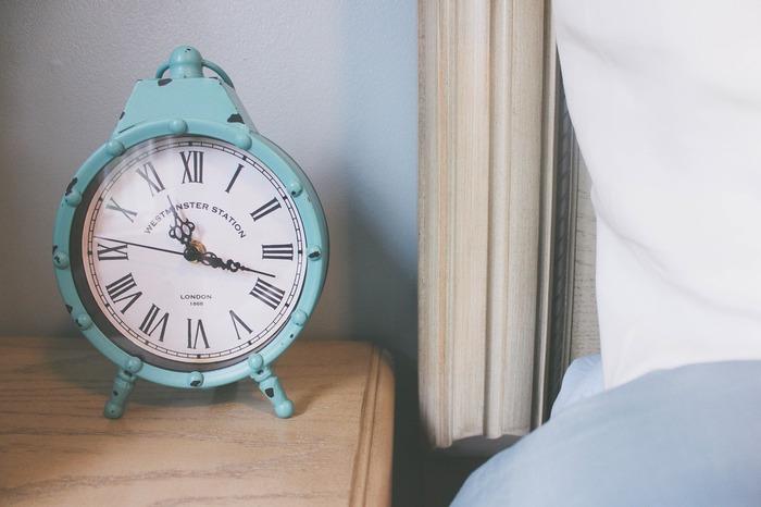 """""""標準電波""""を時計内のアンテナが受信して、自動的に標準時間に合わせてくれる、電波式の時計(電波時計)。電池が減ったり、ちょっとした振動などで、時計は少しづつ時間がずれていくもの。電波式の目覚まし時計なら、自分で時刻を合わせることなく、毎日正確な時間に起きることができるんです。"""