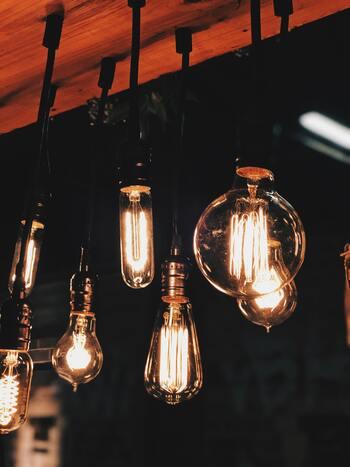 ガラスの形状はチューブラーをはじめ、グローブ・Aシャープ・シグネチャーの4種類あり、どれも電球の発光体であるフィラメントが美しく、ノスタルジックな雰囲気に。  1灯でも多灯でも楽しめます。