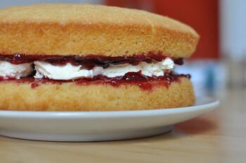 ビクトリアケーキは二枚のスポンジを別々に焼き上げ、サンドイッチ状にするのが基本。でも、大きなスポンジケーキを作って、薄くスライスしてもいいですし、ミニ型を使って可愛らしい雰囲気で作るのも素敵ですね。