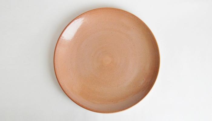 鹿児島の陶芸作家、ONE KILN(ワンキルン)によるプレート。CULTIVATE(耕す)の名前の通り、自ら採取した鹿児島の土を使って作られています。BOUNOTUは、鹿児島県南部の坊津(ぼうのつ)の土を使っているそうです。シンプルですが、微妙な深みのある色合いが温かく、どんな食材・料理にも映えそうです。