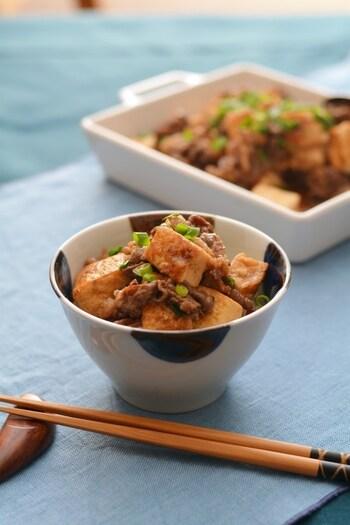 """和牛の島としても有名な佐渡島。そんな佐渡島の""""おふくろの味""""ともいえる豆腐の煮物に、牛肉を合わせて作った牛豆腐です。少し濃いめの味付けが朱鷺米ととてもよく合うそう。煮込んだ汁も上からかけて、さらに卵黄ものせて食べてみてくださいね。"""