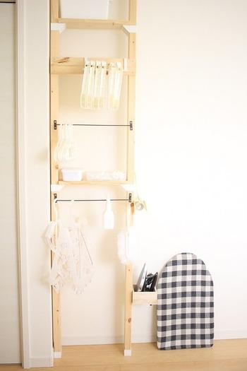 ラブリコを使った、洗濯に使うアイテムをまとめて収納するための棚です。洗濯ばさみやハンガー、アイロンまでまとめて収納できるので、洗濯物を干したりしまったりするのがかなり楽になります!こちらは物干しスペースの近くにある寝室に作られていますが、洗濯機の上や洗面所に作っても便利に使えそうです。